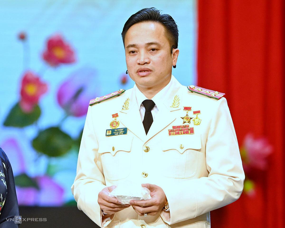 Đại tá Mai Hoàng, với gói muối ớt xanh, kể lại những ngày đánh án ma túy khi còn công tác ở Công an Sơn La. Ảnh: Giang Huy