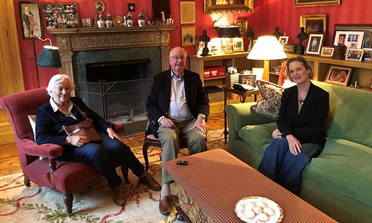 Từ phải qua: Công chúa Delphine Boel, cựu vương Albert II và vợ Paola tại dinh thự hoàng gia ở lâu đài Belvedere hôm 25/10. Ảnh: Reuters.