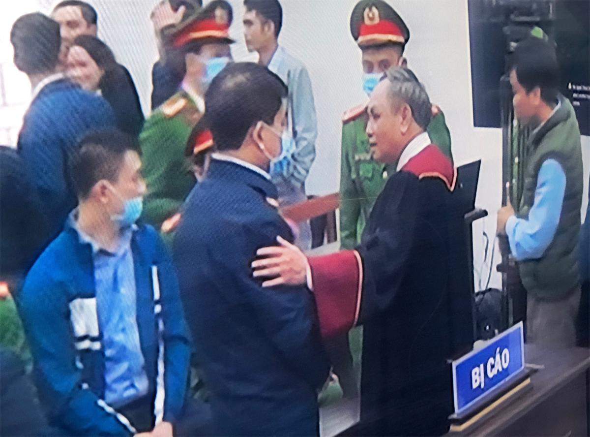 Ông Chung nói chuyện với thẩm phán trước khi trở về trại giam. Ảnh: Phạm Dự