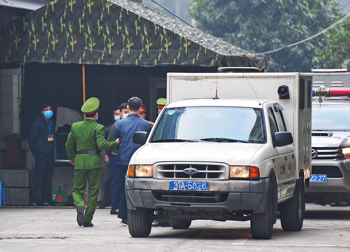 Gần 7h, ông Chung và ba đồng phạm được dẫn giải trên bốn xe đặc chủng đến TAND Hà Nội. Ảnh: Giang Huy