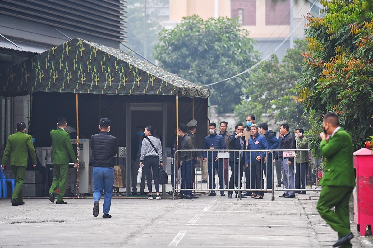 Máy soi chiếu được đặt trước khu vực phòng xét xử ông Chung, chỉ người có giấy triệu tập của HĐXX được đi vào. Ảnh: Giang Huy