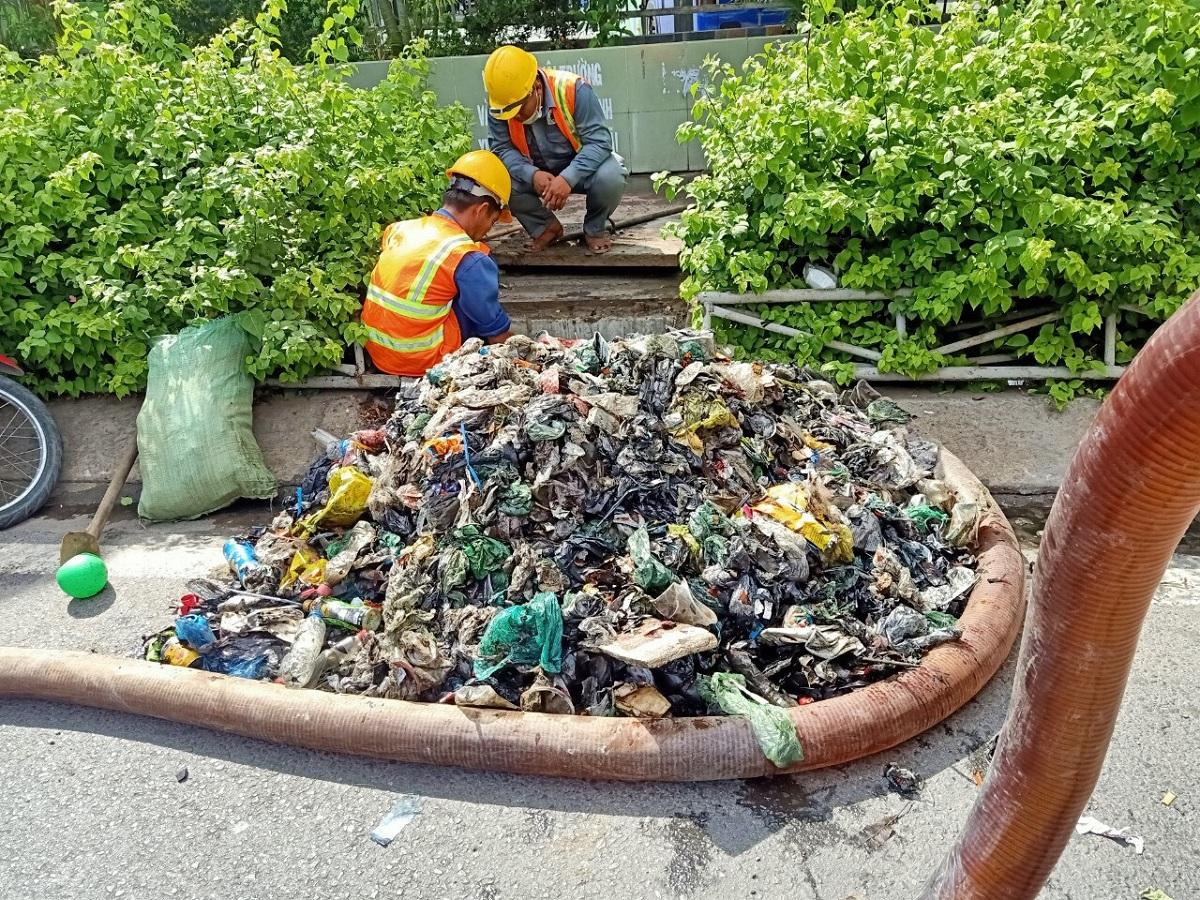 Rất nhiều rác là túi nilong được vớt lên dưới cống thoát nước trước cổng bến xe Miền Đông, hồi tháng 5. Ảnh: Duy Khánh.