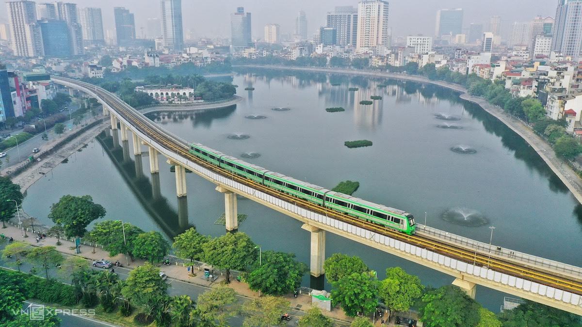Đoàn tàu tuyến Cát Linh - Hà Đông vận bành chạy thử qua hồ Hoàng Cầu, sáng 12/12. Ảnh:Giang Huy