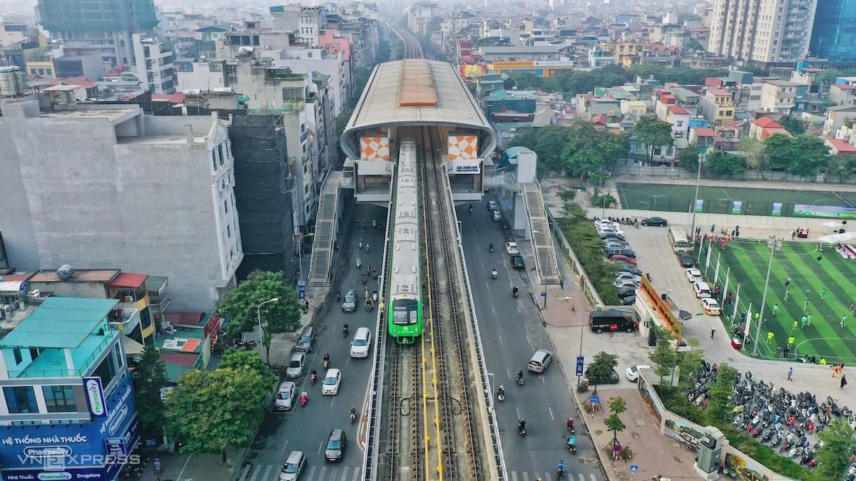 Đoàn tàu chạy qua nhà ga La Thanh, sáng 12/12. Ảnh: Giang Huy