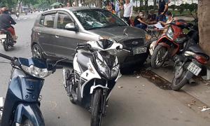 Ôtô tông 4 xe máy ở Sài Gòn