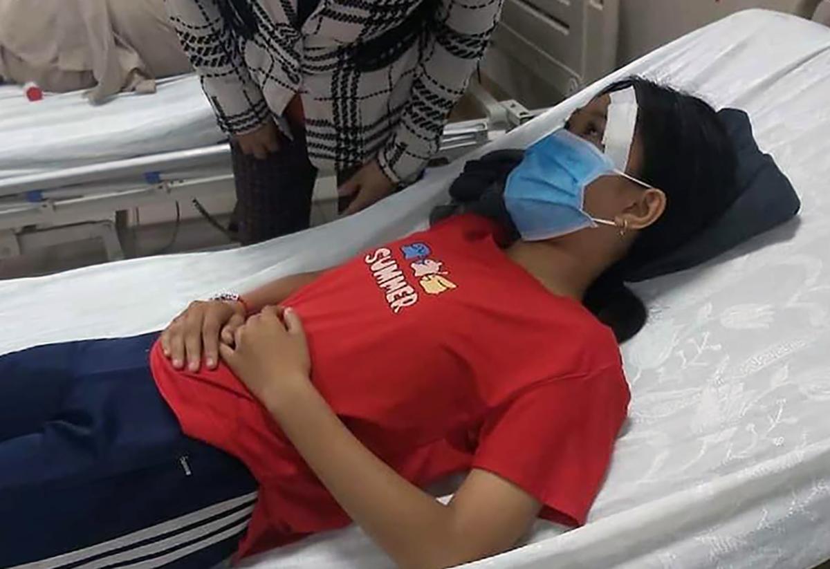 Nữ sinh đang điều trị tại bệnh viện. Ảnh: Đặng Phúc
