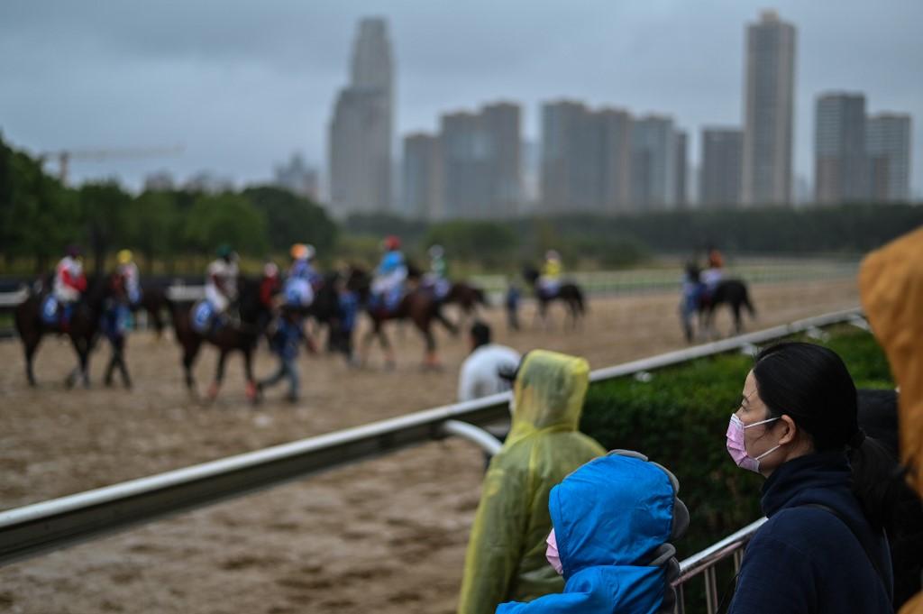 Khán giả đeo khẩu trang phòng ngừa Covid-19 xem đua ngựa ở Vũ Hán hôm 21/11. Ảnh: AFP