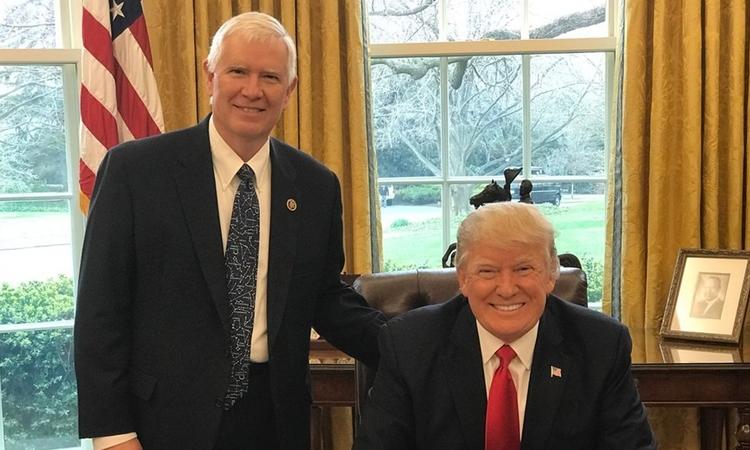 Hạ nghị sĩ Cộng hòa Mo Brooks (trái) và Tổng thống Mỹ Donald Trump tại Nhà Trắng năm 2017. Ảnh: Nhà Trắng.