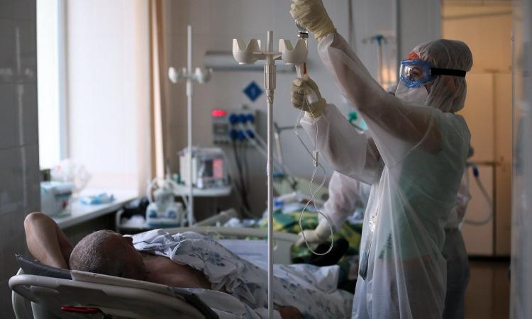 Nhân viên y tế chăm sóc bệnh nhân Covid-19 tại bệnh viện thành phố Ivanovo, Nga, hôm 10/12. Ảnh: Reuters.