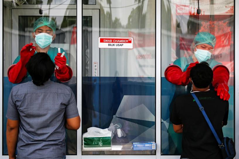 Nhân viên y tế lấy mẫu xét nghiệm Covid-19 ở thủ đô Jakarta, Indonesia, ngày 24/11. Ảnh: Reuters.
