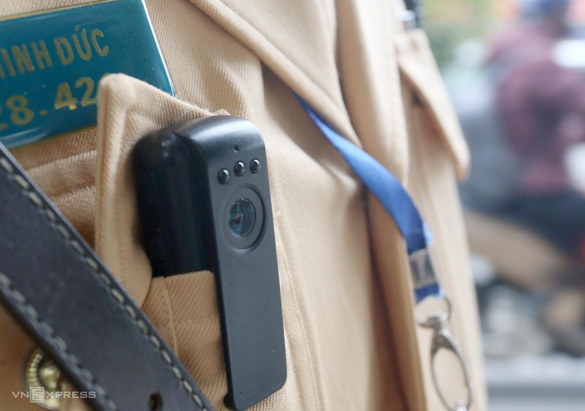Cảnh sát được trang bị camera dạng bút cài ngực để ghi hình xe vi phạm. Ảnh: Phương Sơn