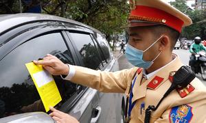 CSGT Hà Nội bắt đầu dán phạt nguội lên kính xe