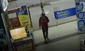 Nam nhân viên làm vỡ cửa kính vì mải xem điện thoại