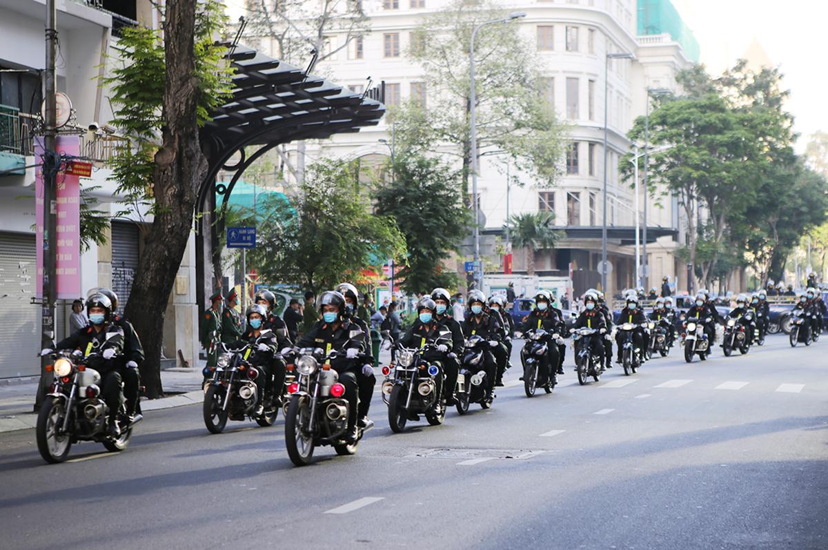 Cảnh sát làm lễ ra quân trên đường Sài Gòn. Ảnh: Quốc Thắng.