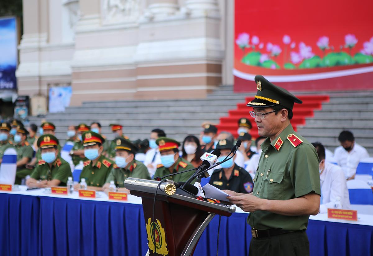 Thiếu tướng Lê Hồng Nam phát lệnh ra quân. Ảnh: Quốc Thắng.