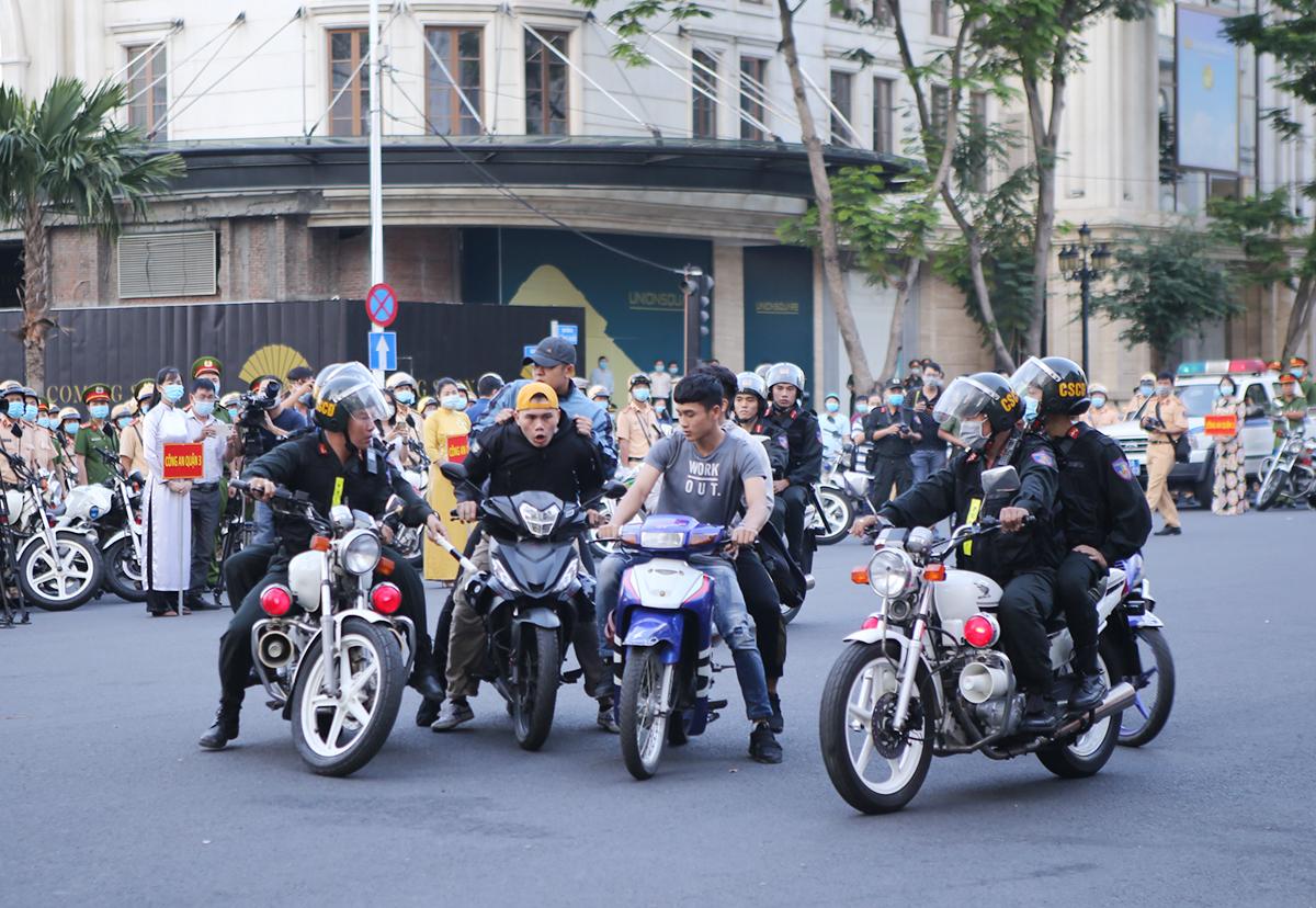 Tình huống giả định cảnh sát vây một nhóm thanh niên quậy phá trên đường. Ảnh: Quốc Thắng.