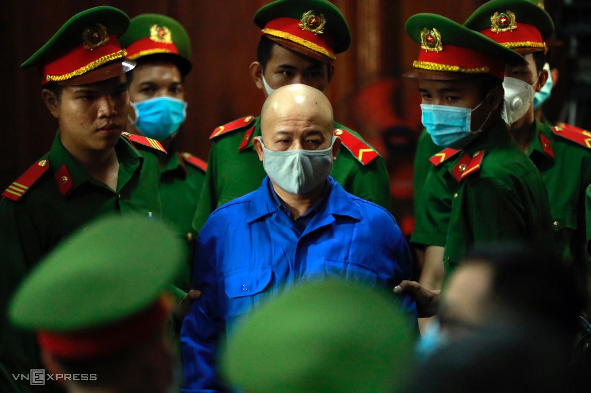 Ông Đinh Ngọc Hệ được dẫn vào phòng xử chiều 15/12. Ảnh: Hữu Khoa.
