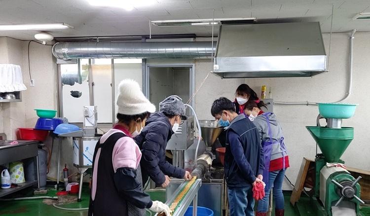 Han cùng người thân bên trong nhà máy làm vỏ xúc xích từ đậu của gia đình. Ảnh: SCMP.