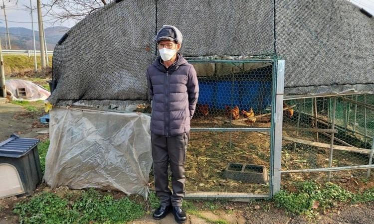 Han trên khu đất nơi ông sinh sống cùng gia đình ở huyện Seosan, phía nam Hàn Quốc. Ảnh: SCMP.