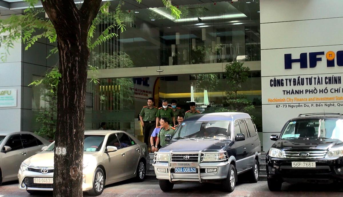 Công an TP HCM đến Công ty Đầu tư Tài chính Nhà nước (HFIC) - nơi ông Dũng từng làm việc, trưa 16/12. Ảnh: Đinh Vui.