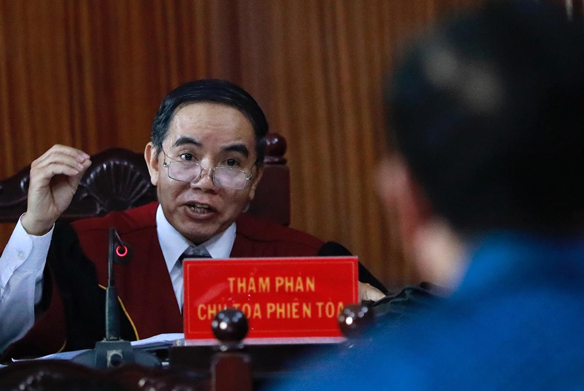 Chủ tọa xét hỏi bị cáo Đinh La Thăng. Ảnh: Hữu Khoa.