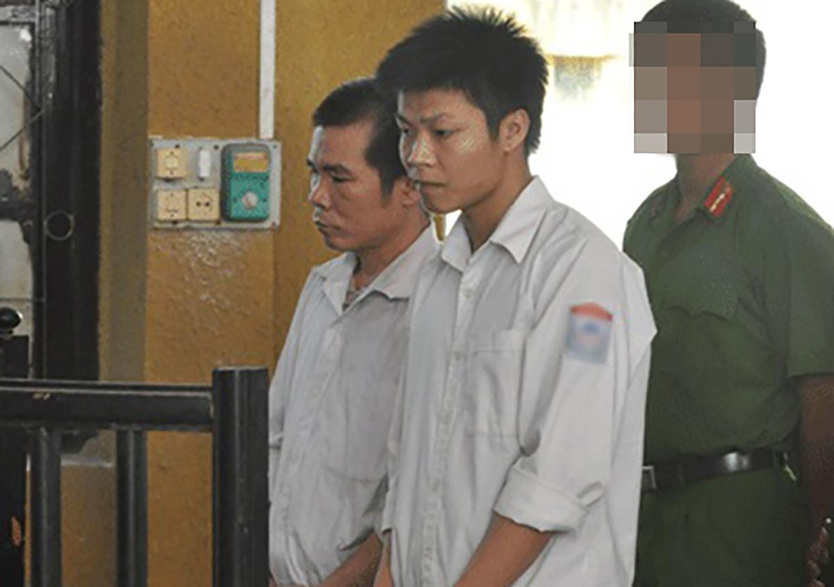 Hai chú cháu Ngọ và Hoan tại toà sơ thẩm. Ảnh: Hùng Lê.