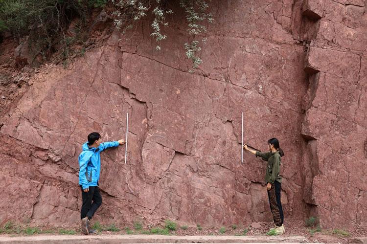 Các nhà nghiên cứu làm việc tại một khu vực có dấu chân khủng long ở Qamdo. Ảnh: Xinhua.