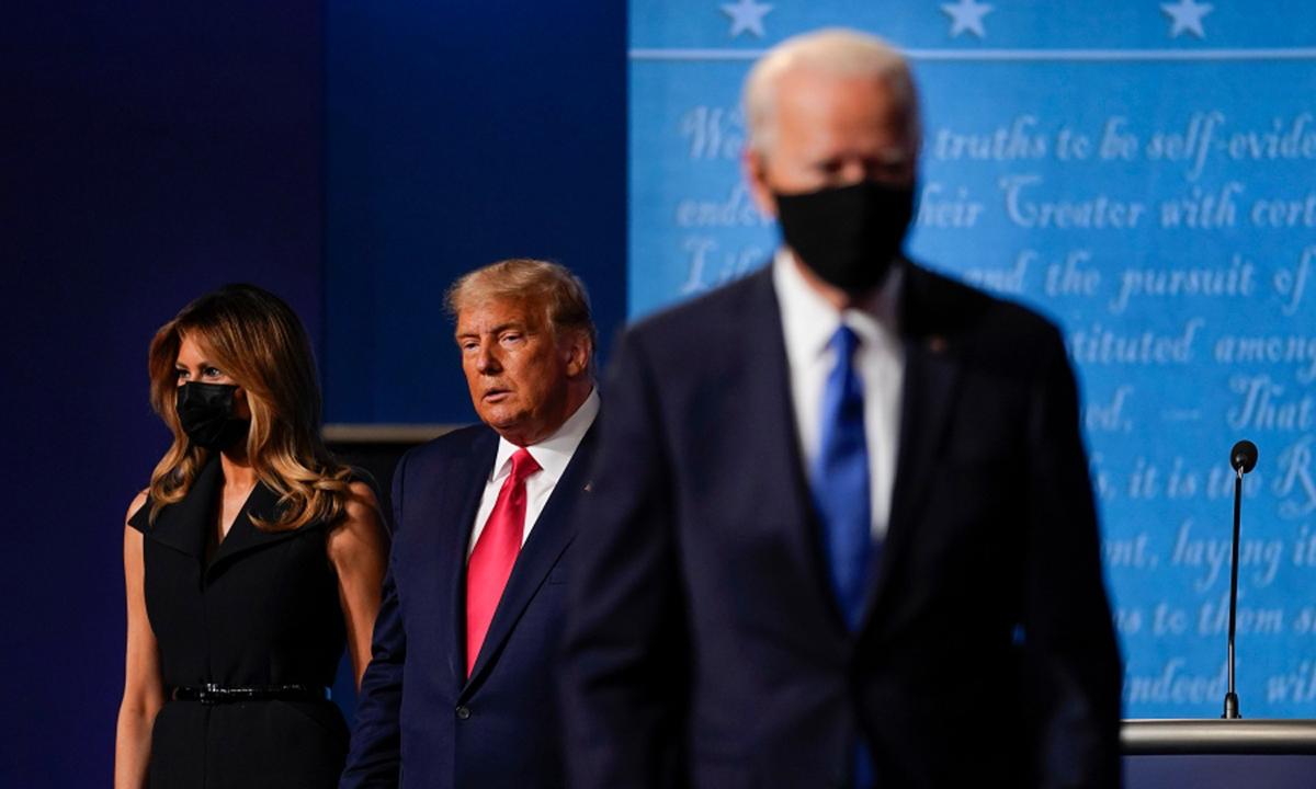 Joe Biden (phải) và Tổng thống Donald Trump tại buổi tranh luận cuối cùng hôm 22/10 ở Nashville, bang Tennessee. Ảnh: AP.
