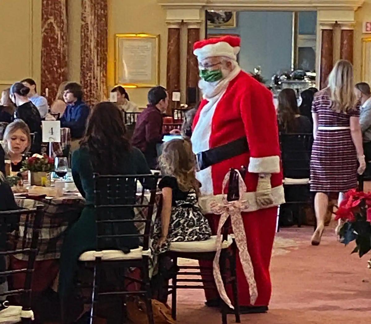 Ông già Noel chào đón người tới dự tiệc của Ngoại trưởng Pompeo tối 15/12. Ảnh: Washington Post.