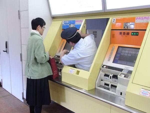 Nhân viên ga tàu chui ra giúp khách hàng mua vé - 8
