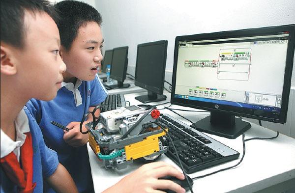 Hai học sinh tiểu học học lập trình trên máy tính tại thành phố Thâm Quyến, Trung Quốc. Ảnh: Zhao Yanxiong.