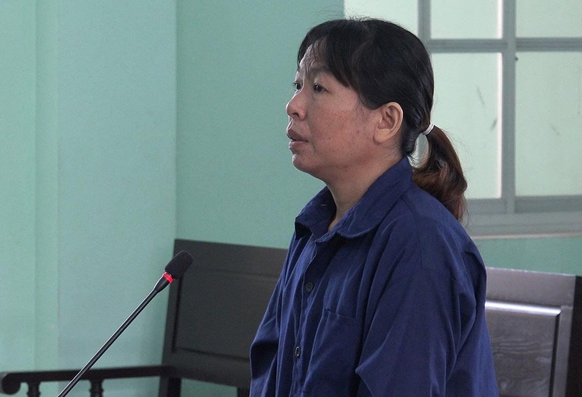 Bà Tiêu Thị Tuyết Sương tại TAND TP Quy Nhơn, sáng 17/12. Ảnh: Danh Toại.