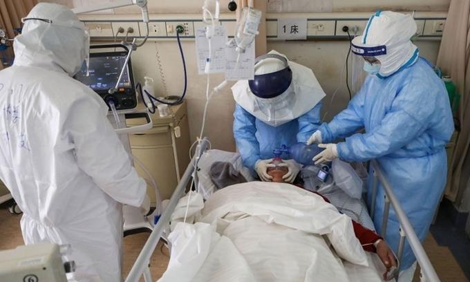 Nhân viên y tế chăm sóc cho bệnh nhân ở Vũ Hán, Trung Quốc, ngày 16/2. Ảnh: Reuters.