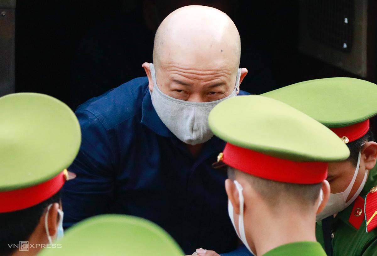 Cựu thượng tá quân đội Đinh Ngọc Hệ được đưa đến tòa. Ảnh: Hữu Khoa.