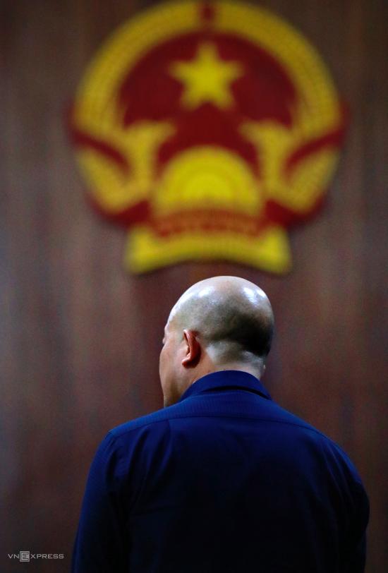 Bị cáo Đinh Ngọc Hệ trả lời thẩm vấn. Ảnh: Hữu Khoa.