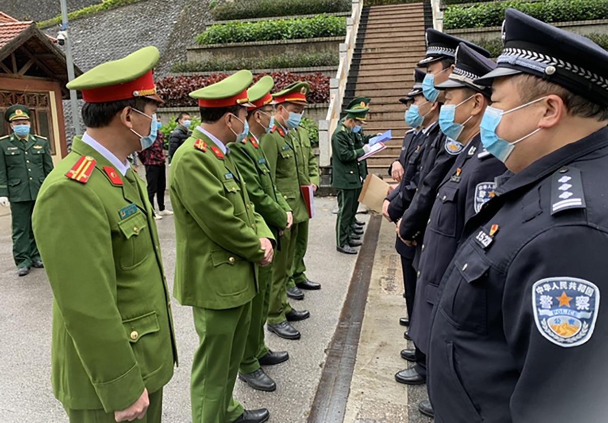 Công an Việt Nam và Trung Quốc trao đổi thông tin vụ án. Ảnh: Công an cung cấp.