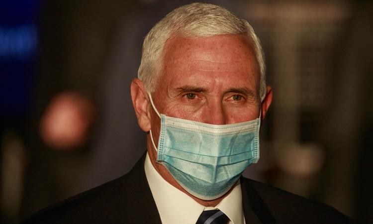 Phó Tổng thống Mỹ Mike Pence đeo khẩu trang trong lúc phát biểu tại một sự kiện ở bang Indiana hôm 15/12. Ảnh: Reuters.
