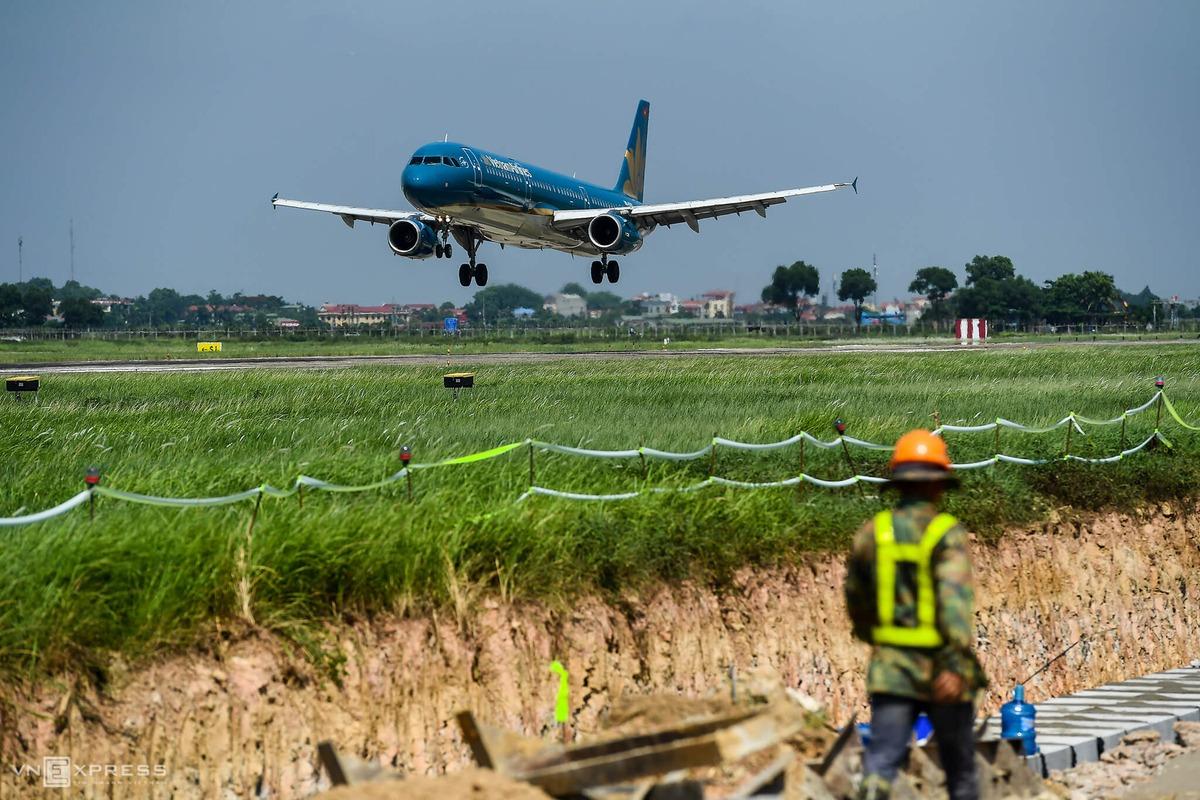 Công trường cải tạo đường băng sân bay Nội Bài, tháng 7/2020. Ảnh: Giang Huy