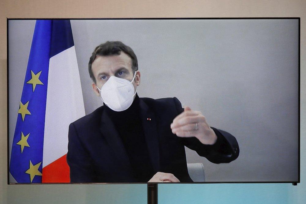 Tổng thống Emmanuel Macron tham gia cuộc họp trực tuyến Hội nghị Nhân đạo Quốc gia tổ chức tại Bộ Ngoại giao ở Paris hôm 17/12. Ảnh: AP.