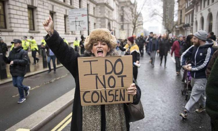 Một người phụ nữ biểu tình phản đối vaccine và phong tỏa ở London hồi đầu tháng này. Ảnh: AP.