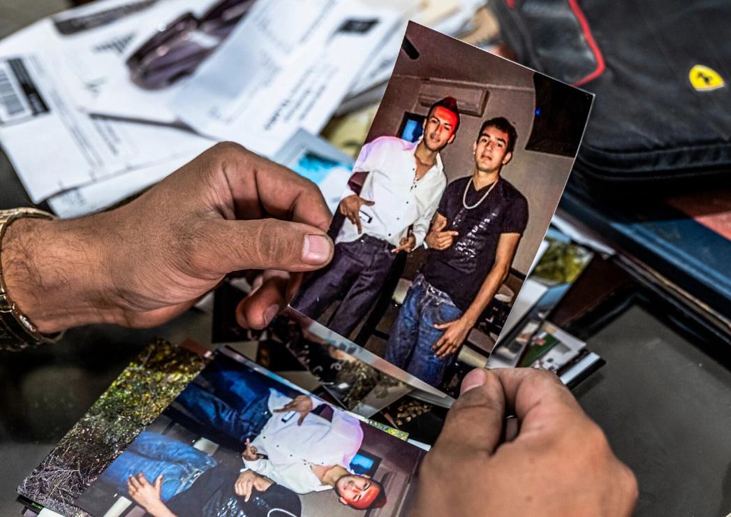 Ảnh chụp Sama (áo đen) được Miriam giữ cùng nhiều chứng cứ khác do bà tự thu thập được. Ảnh: The New York Times.