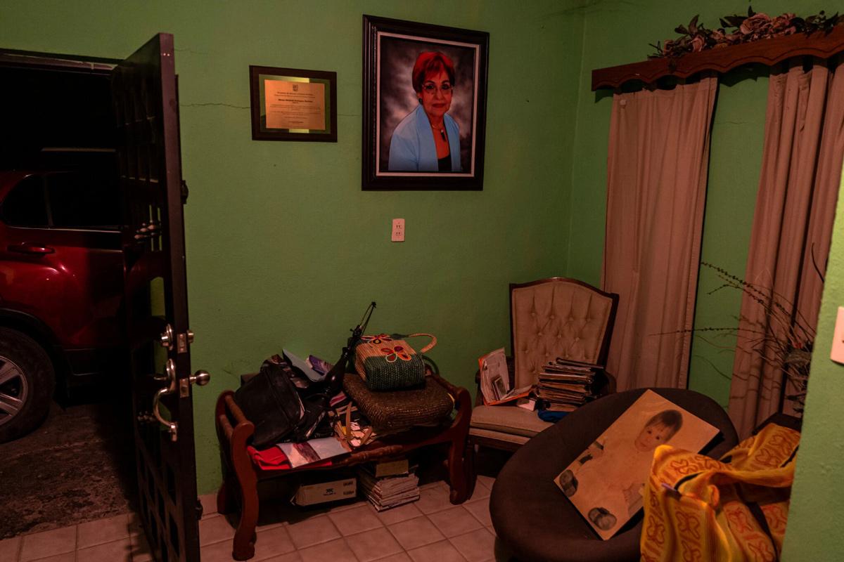 Chân dung Miriam treo trên tường căn nhà nơi bà từng sống, nay thuộc sở hữu của chồng Miriam. Ảnh: The New York Times.