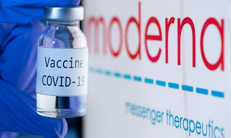 Lọ có dòng chữ Vaccine Covid-19 bên cạnh logo của công ty công nghệ sinh học Moderna hồi tháng 11. Ảnh: AFP.