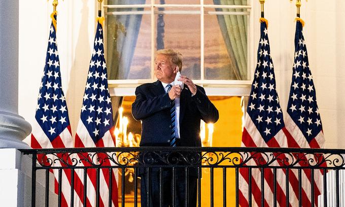 Tổng thống Trump tại Nhà Trắng tối 5/10 sau thời gian điều trị Covid-19 ở Trung tâm Quân y Quốc gia Walter Reed. Ảnh: NYTimes.