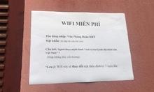 Học sinh giải câu đố để lấy mật khẩu wifi
