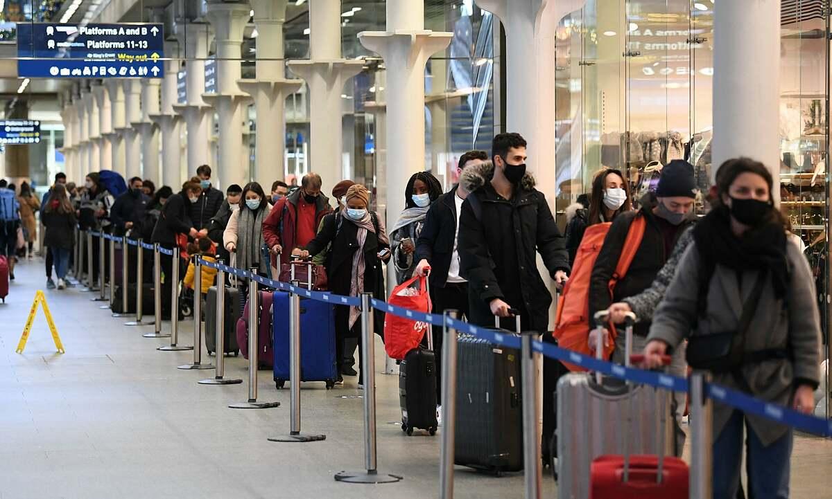 Hành khách xếp hàng ở sân bay quốc tế St Pancras tại London để lên chuyến tàu cuối cùng tới Paris hôm 20/12. Ảnh: PA.