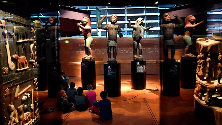 Một góc trưng bày hiện vật lịch sử châu Phi tại Bảo tàng Quai Branly ở Paris. Ảnh: AFP.