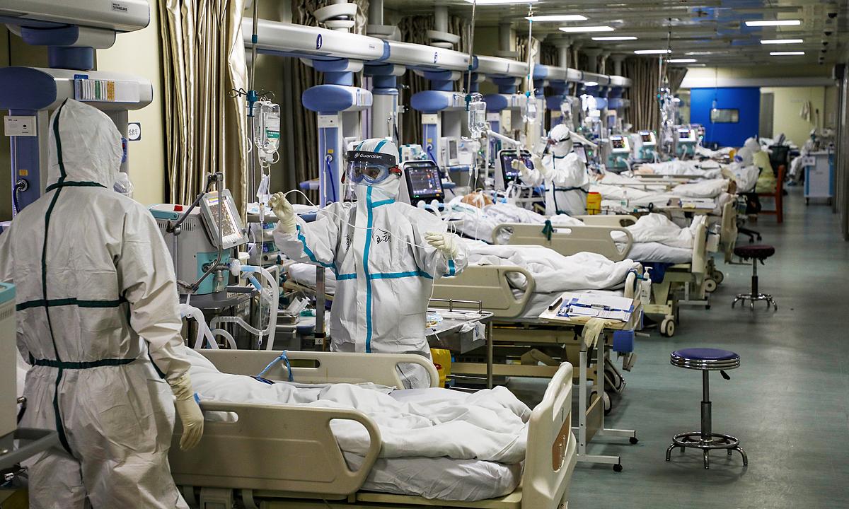 Nhân viên y tế ở khu chăm sóc tích cực tại Vũ Hán hồi tháng hai. Ảnh: Reuters.