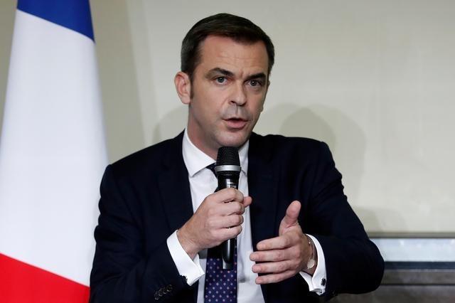 Bộ trưởng Y tế Pháp Olivier Veran phát biểu trong họp báo về Covid-19 ở Paris hôm 1/10. Ảnh: Reuters