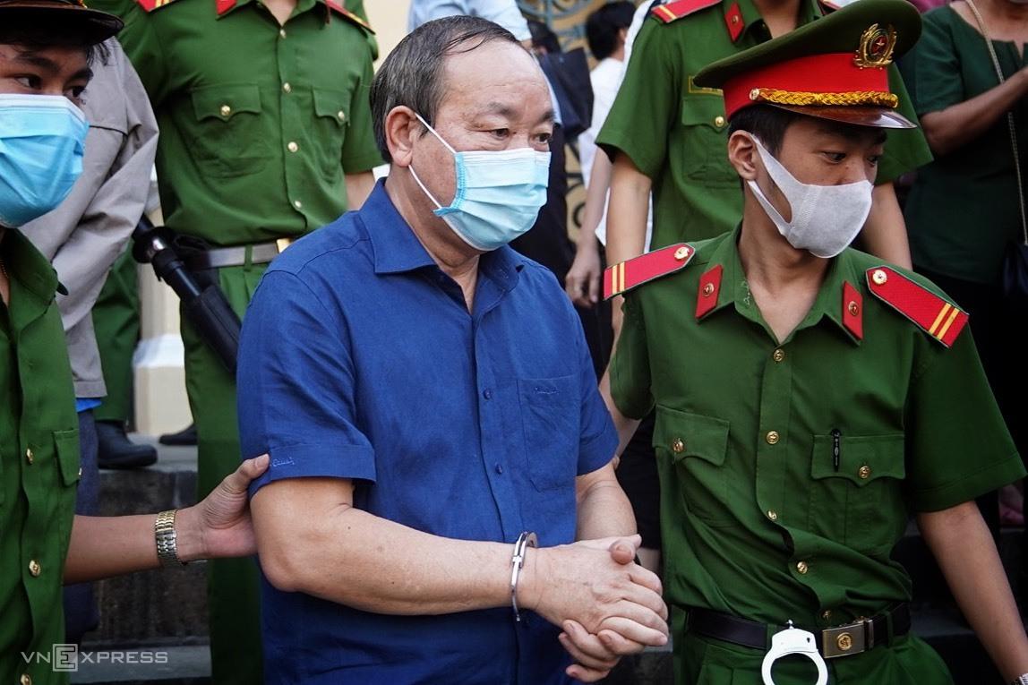 Cựu thứ trưởng Nguyễn Hồng Trường bị đưa về trại giam, chiều 21/12. Ảnh: Hữu Khoa.